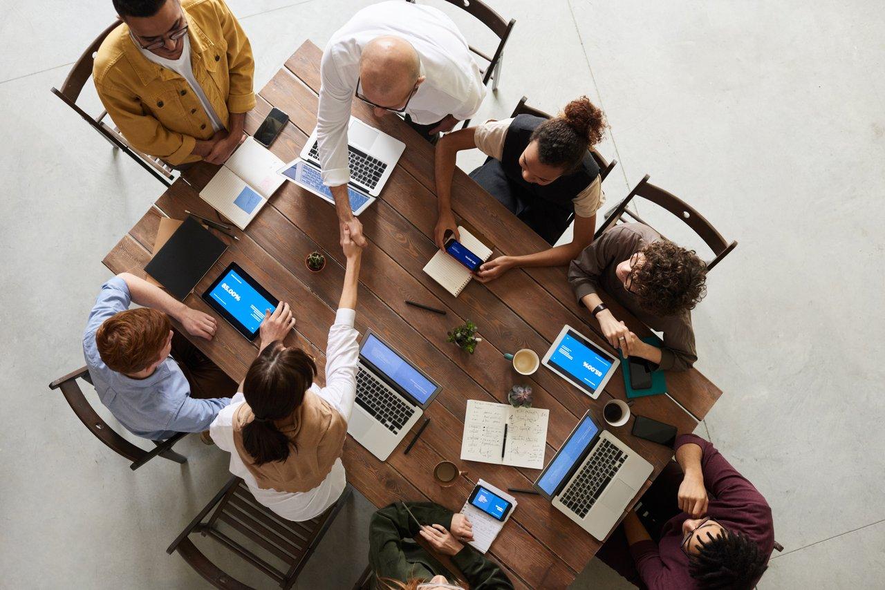 Como as fusões e aquisições afetam os funcionários? (Foto de fauxels no Pexels)