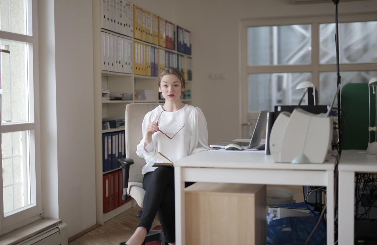 Como se destacar no mercado de trabalho de contabilidade? (Foto de Andrea Piacquadio no Pexels)